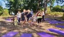 Familie-yoga i naturen.